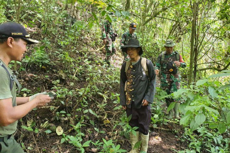 Aparat Gabungan melakukan penyisiran di kawasan TWA Gunung Guntur, Senin (20/01/2020) untuk mencari ladang ganja (Hamdout KSDA Garut)