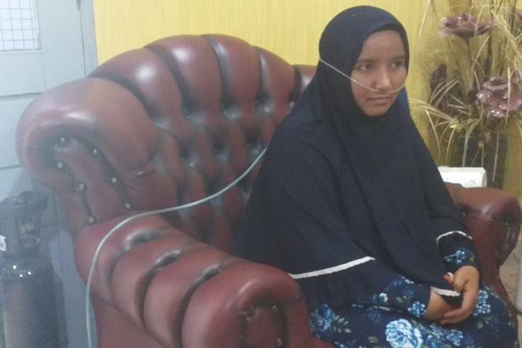 Rozalinda (35) seorang warga Pekanbaru, Riau, diberikan oksigen karena terpapar kabut asap karhutla.