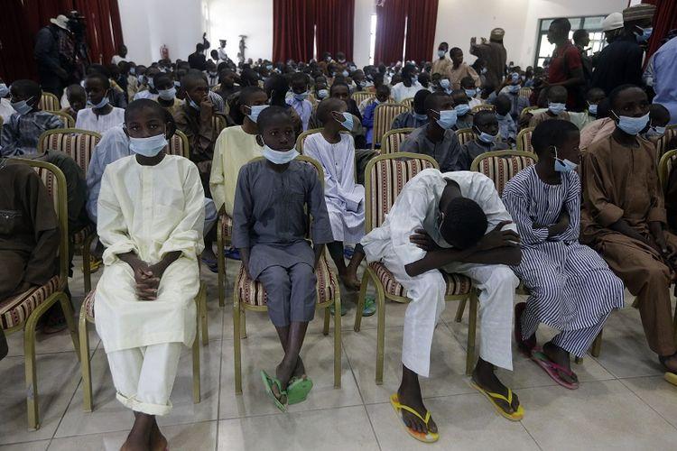 Anak-anak sekolah yang dibebaskan dipertemukan dengan Presiden Nigeria Muhammadu Buhari, pada Jumat 18 Desember 2020 di Katsina, Nigeria. Lebih dari 300 anak sekolah yang diculik minggu lalu dalam serangan di sekolah mereka di barat laut Nigeria telah tiba di ibu kota negara bagian Katsina untuk merayakan pembebasan mereka.