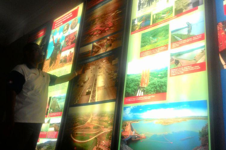 Selasar dalam bangunan diorama yang menggambarkan banyak pembangunan infrastruktur, swasembada pangan, hingga pengendalian penduduk. Diorama itu juga menunjukkan banyak penghargaan pada diri Soeharto kebijakan pembangunannya itu.