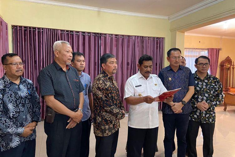 Bupati Belitung Sahani Saleh dan Wakil Bupati Isyak Meirobie saat menjelaskan upaya pemkab dalam penanggulangan virus corona, Minggu (15/3/2020).
