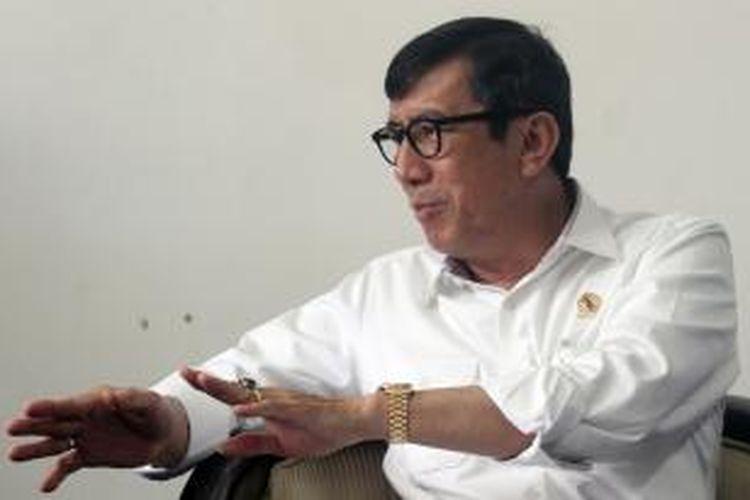 Menteri Hukum dan HAM Yasonna Laoly mengumumkan keputusan terkait penetapan kepengurusan DPP Partai Golkar pasca-putusan Mahkamah Partai Golkar di Kantor Kemenkum HAM, Jakarta, Selasa (10/3/2015). Kemenkum HAM akhirnya mengakui kepengurusan Partai Golkar hasil munas Ancol yang dipimpin Agung Laksono.