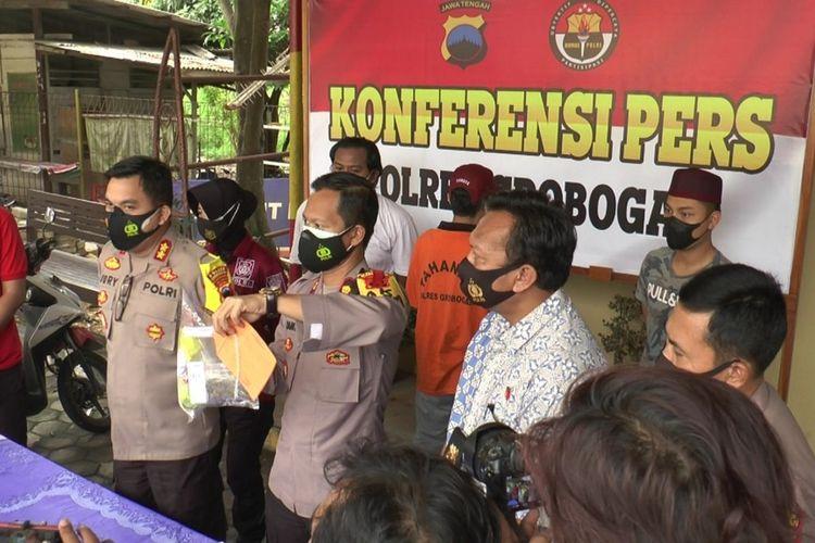Kapolres Grobogan AKBP Jury Leonard Siahaan saat jumpa pers mensoal tertangkapnya Firman Tri Hertanto, oknum anggota DPRD Kabupaten Grobogan atas kasus narkoba, Jumat (7/5/2021).