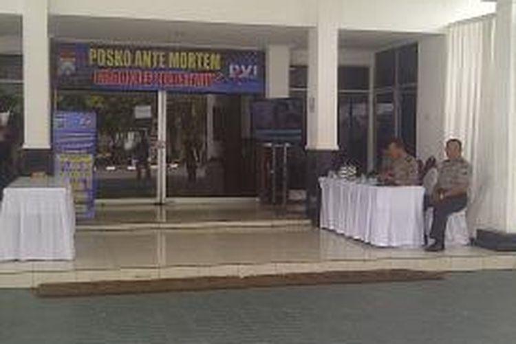 Ritual 40 hari korban Air Asia digelar tertutup di ruang antemortem DVI Polda Jatim.