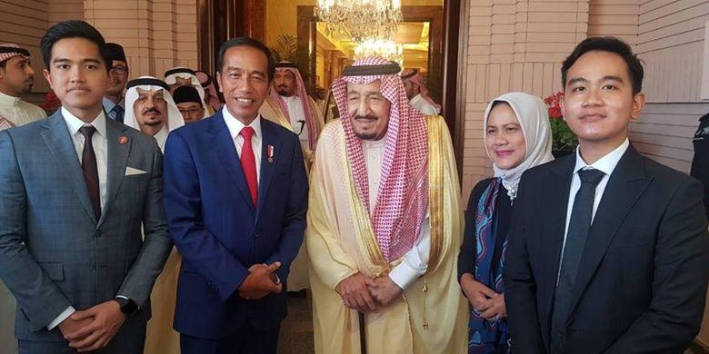 Presiden Joko Widodo dan istrinya Iriana Jokowi serta kedua putranya Gibran Rakabuming Raka dan Kaesang Pangarep saat bertemu dengan Raja Salman bin Abdulaziz al-Saud di Istana Pribadi Raja di Riyadh, Arab Saudi, 14 April 2019.