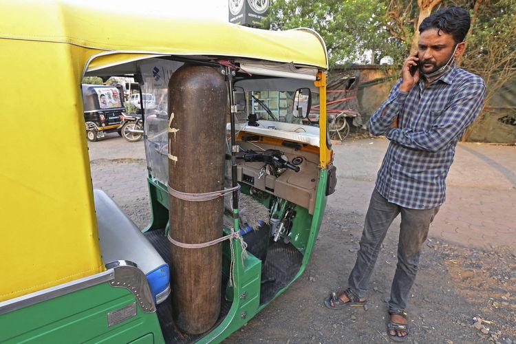 Mohammad Javed Khan tukang becak India yang menyulap kendaraannya jadi ambulans dadakan, dengan dilengkapi tabung oksigen serta peralatan medis lainnya, untuk mengangkut pasien Covid-19 secara gratis ke rumah sakit. Foto diambil pada 30 April 2021.