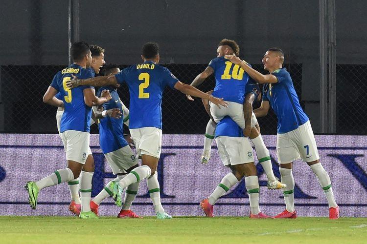 Para pemain Brasil merayakan gol yang dicetak Neymar ke gawang Paraguay pada laga lanjutan Kualifikasi Piala Dunia 2022 Zona Amerika Selatan (Conmebol) di Estadio Defensores del Chaco, Kamis (9/6/2021).