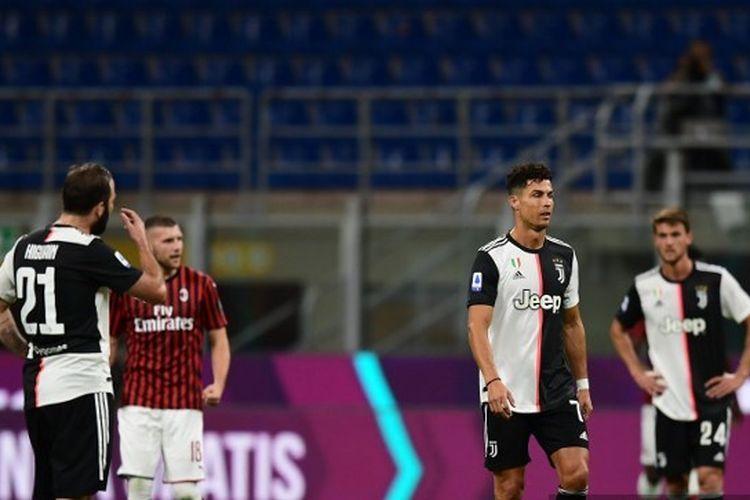 Reaksi Cristiano Ronaldo dan Gonzalo Higuain selepas kebobolan tiga gol dalam laga AC Milan vs Juventus pada lanjutan Liga Italia 2019-2020 di Stadion San Siro, Selasa (7/7/2020) malam waktu setempat atau Rabu (8/7/2020) dini hari WIB.