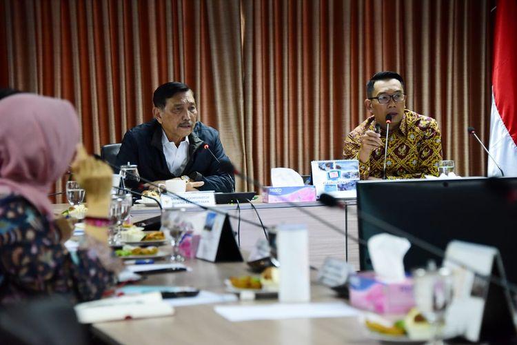 Gubernur Jawa Barat Ridwan Kamil saat menghadiri rapat koordinasi bersama Menteri Koordinator Bidang Kemaritiman RI Luhut Binsar Panjaitan terkait penggunaan dana pinjaman dari Bank Dunia tersebut di kantor Kemenko Bidang Kemaritiman, Jakarta, Jumat (21/6/2019).