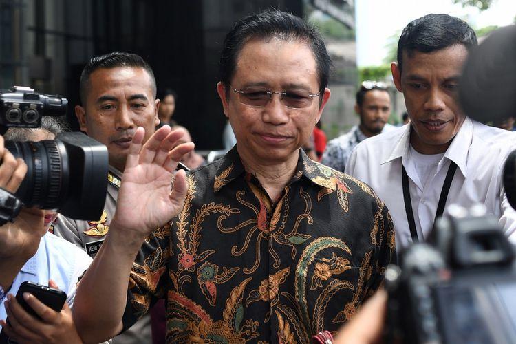 Mantan Ketua DPR Marzuki Alie (tengah) meninggalkan gedung KPK usai diperiksa di Jakarta, Senin (8/1). Marzuki Alie diperiksa sebagai saksi terkait kasus korupsi pengadaan KTP Elektronik dengan tersangka Anang Sugiana Sudiharjo. ANTARA FOTO/Sigid Kurniawan/ama/18.