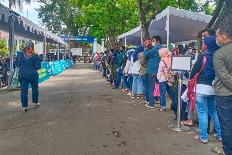 Antrian warga yang ingin di vaksin di Sentra Vaksinasi yang dibuka BPBD Provinsi Jabar di Pendopo Garut, Selasa (21/09/2021) yang telah dibuka sejak satu bulan lebih. Sehari bisa 2500 warga Garut di vaksin di tempat ini.