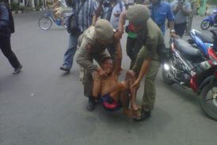 Ilustrasi: Petugas Satpol PP Kota Kediri, Jawa Timur membawa paksa seorang pengemis dalam razia gepeng, Senin (28/10/2013).