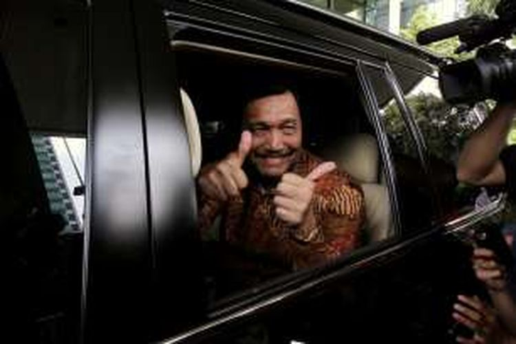 Silaturahim - Menteri Koordinator Politik dan Keamanan Luhut Binsar Pandjaitan berpamitan kepada wartawan usai berkunjung ke Komisi Pemberantasan Korupsi (KPK), Jakarta, Kamis (7/1). Kedatangan Luhut ke KPK untuk bersilaturaim juga merupakan kunjungan resmi pertama menteri  Kabinet Kerja Presiden Jokowi ke KPK, setelah para pimpinan KPK yang baru di lantik tanggal 27 Desember 2015 yang lalu. Selain itu juga membicarakan mengenai masalah tindak pencucian uang dengan para pimpinan KPK  Kompas/Alif Ichwan (AIC) 07-01-2016