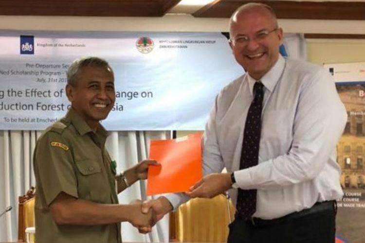 Direktur Nuffic Neso Indonesia, Peter van Tuijl, menyerahkan beasiswa StuNed kepada Direktur Jenderal PHPL, Hilman Nugroho, di Jakarta, Selasa (31/7/2018).