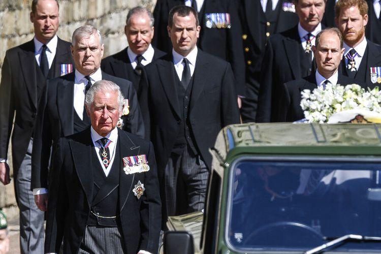 Pangeran Charles dari Inggris, dari kiri depan, Putri Anne, Pangeran Andrew. Pangeran Edward, Pangeran William, Peter Phillips, Pangeran Harry, Earl of Snowdon, dan Tim Laurence mengikuti peti mati saat pemakaman Pangeran Philip di dalam Kastil Windsor, Inggris Sabtu (17/4/2021).