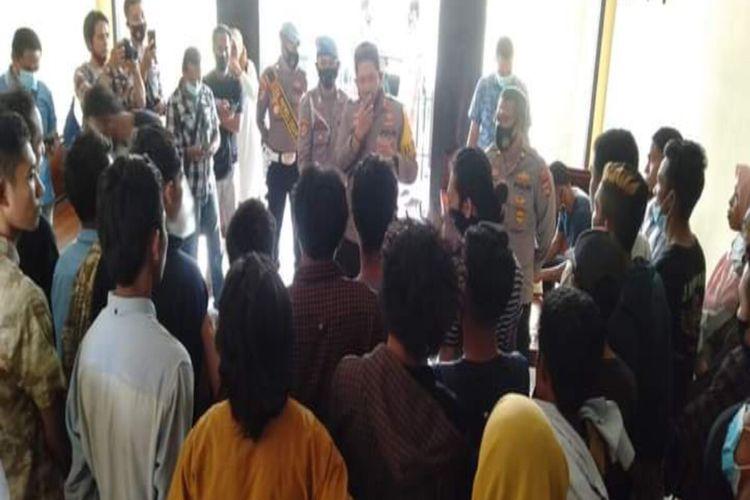 Belasan mahasiswa yang sempat diamankan saat demo anarkis di kantor DPRD Kota Bima diberikan pembinaan oleh Kapolres Bima Kota, AKBP Haryo Tejo Wicaksono