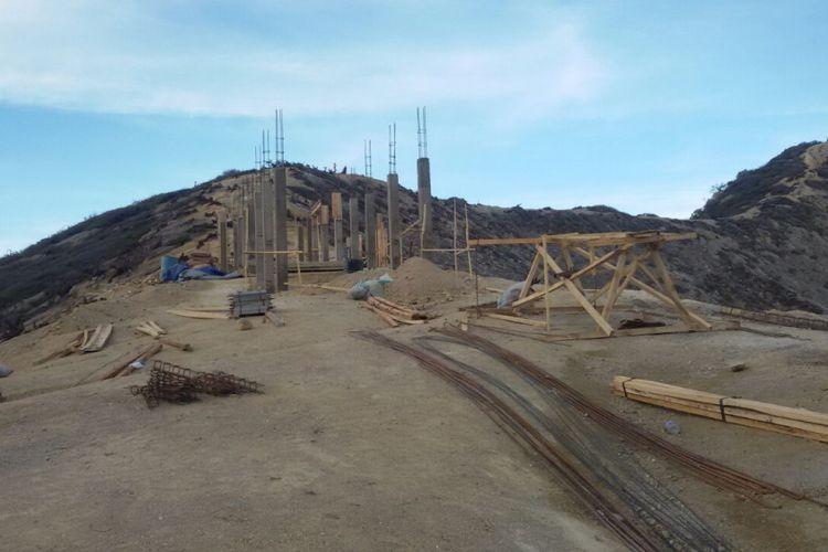 Tiang pancang yang dibangun di puncak Gunung Ijen
