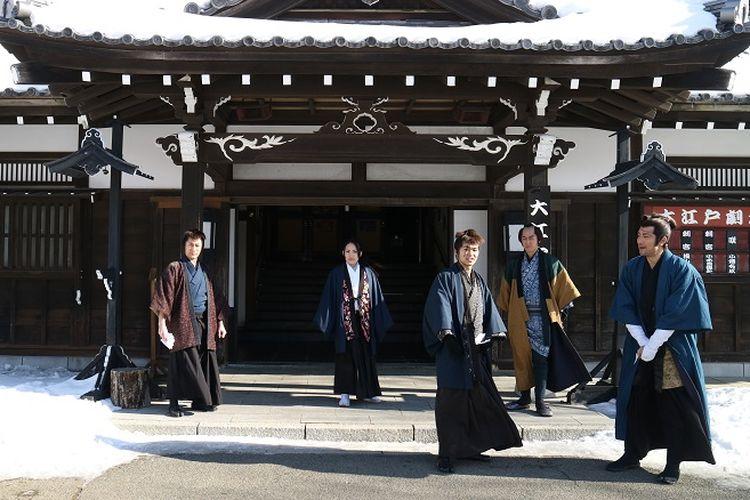 Karyawan-karyawan berpakaian tradisional Jepang di Noboribetsu Date Jidaimura, Kota Noboribetsu, Prefektur Hokkaido, Selasa (12/2/2019). Noboribetsu Date Jidaimura adalah sebuah area perkampungan yang dibuat mirip dan serupa seperti zaman Edo. Di sana terdapat permainan tradisional, aktivitas, teater serta street performance yang siap menghibur para wisatawan.