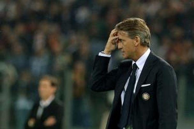Salah satu ekspresi pelatih Inter Milan Roberto Mancini, ketika menyaksikan anak-anak didiknya melakoni laga Serie-A melawan AS Roma, di Olimpico, Roma, 30 November 2014.
