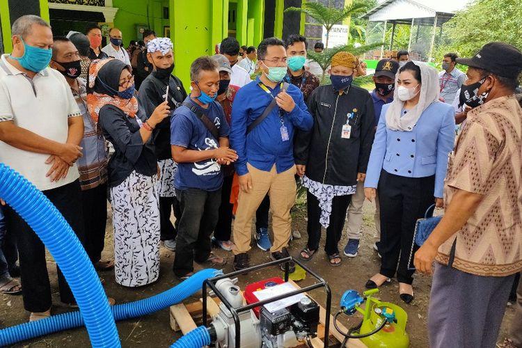 Petani di Kabupaten Tegal menerima bantuan paket program konversi BBM ke BBG dari pemerintah untuk mesin pompa air kepada petani, di Kantor Dinas Pertanian dan Ketahanan Pangan, Rabu (18/11/2020)
