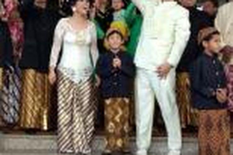 Iwa K dan Wikan diabadikan usai menggelar akad nikah di Universitas Terbuka Convention Centre (UTCC) Pamulang, Tangerang Selatan,  Minggu (31/5/2015).