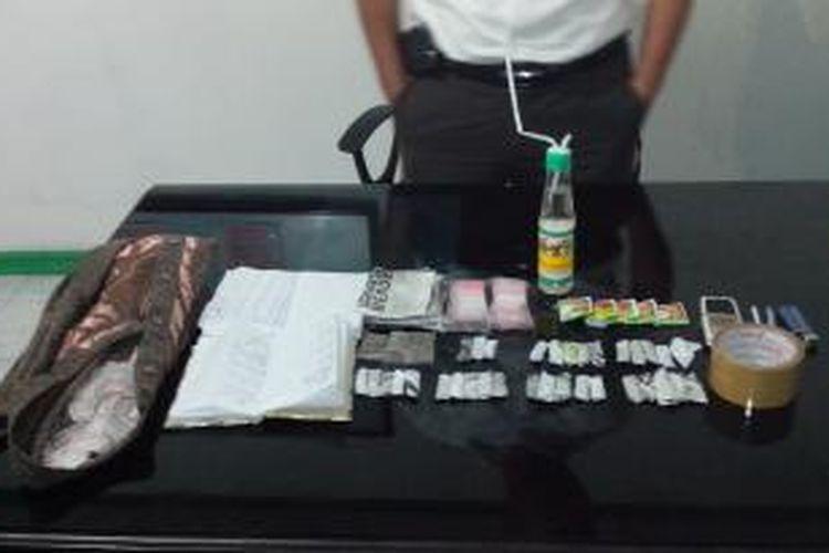 Barang bukti yang diamankan petugas dari tersangka US di Lapas Singkawang,Kalimantan Barat (1/11/2013)