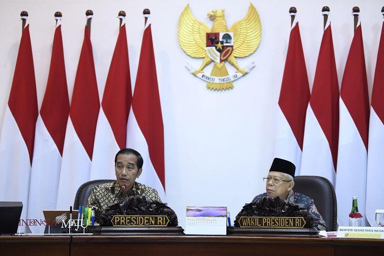 Presiden Joko Widodo (kiri) didampingi Wakil Presiden Maruf Amin (kanan) memimpin rapat terbatas penyampaian program dan kegiatan bidang pembangunan manusia dan kebudayaan di Kantor Presiden, Jakarta, Kamis (31/10/2019). ANTARA FOTO/Puspa Perwitasari/hp.