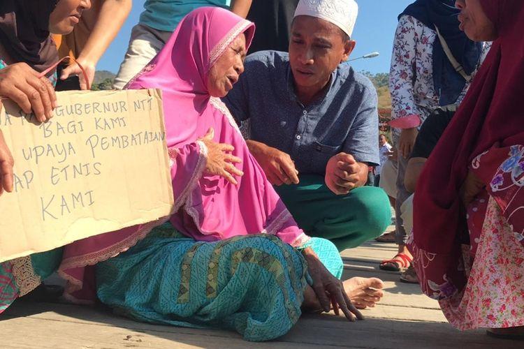 Foto : Warga pulau Komodo saat melakukan aksi penolakan terhadap kunjungan tim terpadu untuk mengkaji rencana penutupan pulau Komodo, Kamis (15/8/2019).