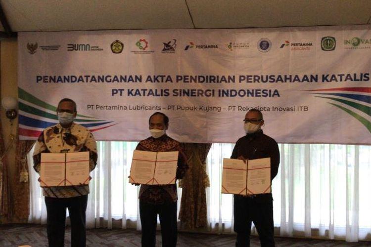 Direktur Utama PTPL Ageng Giriyono, Direktur Utama PK Maryadi, dan Direktur Utama RII  Alam Indrawan menandatangani pembentukan resmi perusahaan patungan PT Katalis Sinergi Indonesia di Cikampek, Jawa Barat, Rabu (30/12/2020).