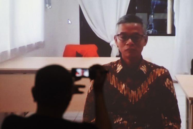 Pewarta mengambil gambar terdakwa mantan Komisioner Komisi Pemilihan Umum (KPU) Wahyu Setiawan yang sedang menjalani sidang pembacaan vonis melalui layar virtual di Gedung Komisi Pemberantasan Korupsi (KPK), Jakarta, Senin (24/08/2020). Wahyu Setiawan divonis hukuman enam tahun penjara dan denda Rp150 juta subsider empat bulan kurungan setelah terbukti melakukan korupsi saat menjabat sebagai Komisioner KPU. ANTARA FOTO/Akbar Nugroho Gumay/pras.