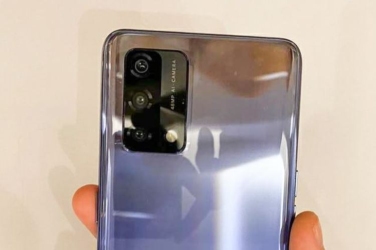 Oppo A74 dibekali dengan tiga buah kamera punggung yang terdiri dari kamera utama 48 MP (f/1.7), kamera depth sensor 2 MP (f/2.4), dan kamera makro 2 MP (f/2.4).