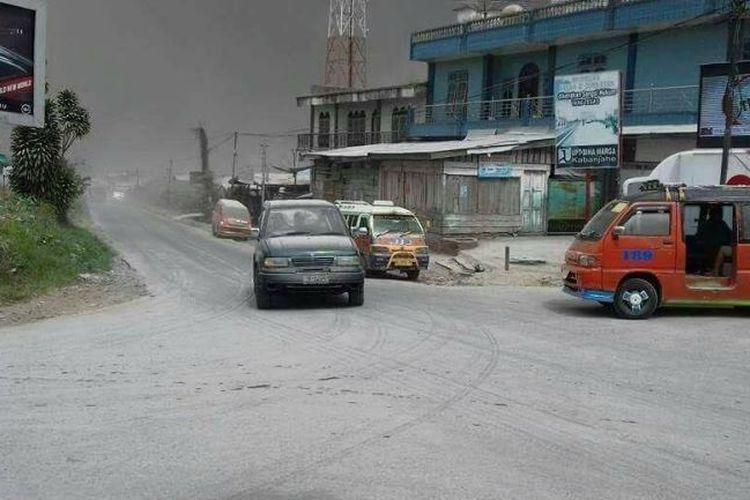 Suasana usai erupsi Gunung Sinabung di Kabupaten Karo, Sumatera Utara, Rabu (2/8/2017).