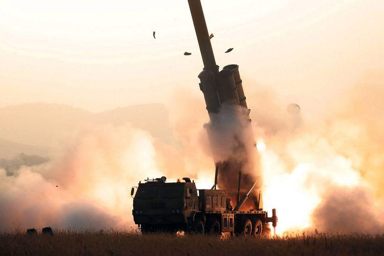 Gambar yang diambil pada 31 Oktober 2019 dan dirilis media Korea Utara KCNA pada 1 November 2019 menunjukkan Akademi Sains Pertahanan Korut menguji coba peluncur roket super besar di lokasi rahasia.