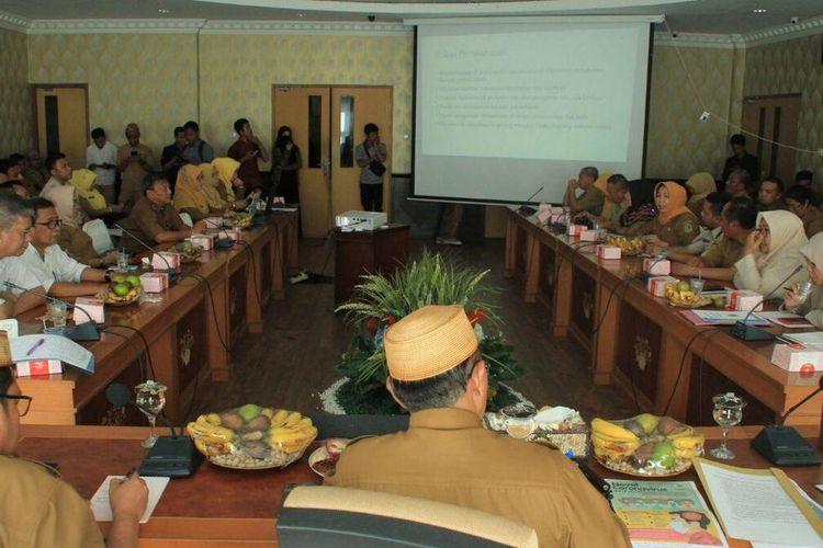 Rapat koordinasi Pemerintah Provinsi Gorontalo dengan unsur kesehatan dalam rangka penanganan Virus Corona yang dipimpin Sekda Provinsi Gorontalo, Darda Daraba di ruang Huyula kantor Gubernur.