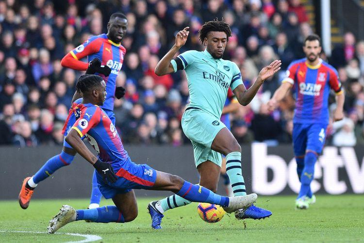 Aaron Wan-Bissaka mencoba menahan laju Alex Iwobi pada laga Crystal Palace vs Arsenal dalam lanjutan Liga Inggris di Selhurst Park, 28 Oktober 2018.