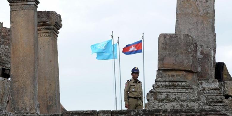 Seorang polisi Kamboja terlihat di candi Preah Vihear yang berada di dekat perbatasan dengan Thailand. Pengadilan Internasional memutuskan wilayah di sekitar candi yang diperebutkan Thailand dan Kamboja sejak 2011, merupakan wilayah kedaulatan Kamboja,