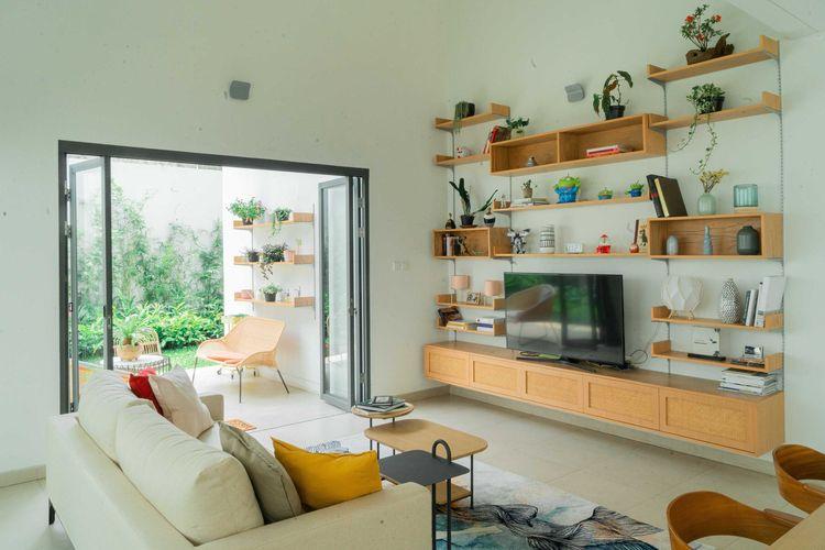 Rak TV kayu yang mendominasi ruangan