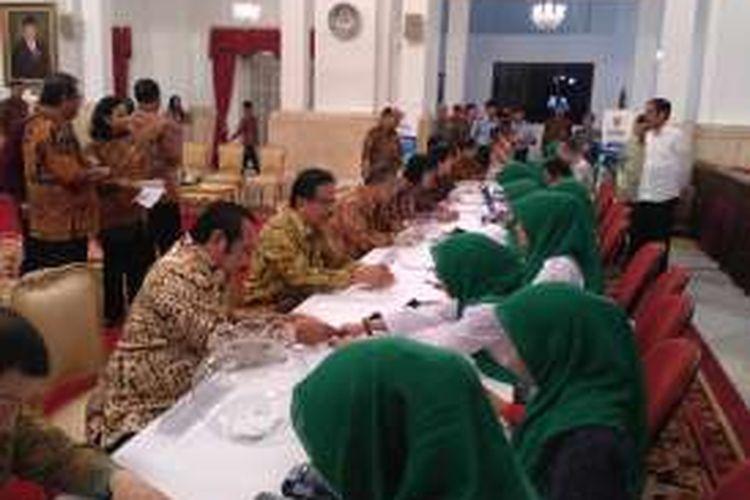 Menteri Kabinet Kerja membayar zakat melalui Badan Amil Zakat Nasional di Istana Negara, Jakarta, Kamis (30/6/2016(.