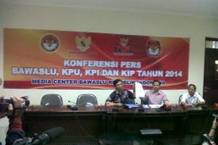 Komisioner Badan Pengawas Pemilu Daniel Zuchron (kiri) dan Wakil Ketua Komisi Penyiaran Indonesia Idy Muzayyad (kanan) saat jumpa pers di kantor Bawaslu, Jumat (14/3/2014).