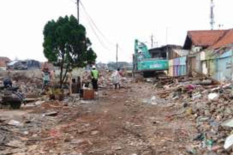 Pasca penggusuran di Bukit Duri, Tebet, Jakarta Selatan, alat berat masih meratakan tanah untuk proyek normalisasi Ciliwung. Selasa (4/10/2016)