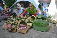 Hindari Plastik, Warga Kaliwungu Jombang Pakai Besek Bambu untuk Wadah Daging Kurban