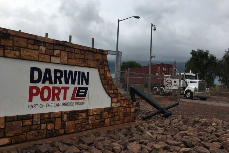 Kapal pengangkut hewan ternak tiba di East Arm Wharf, kota Darwin dari Indonesia pada Minggu malam lalu.