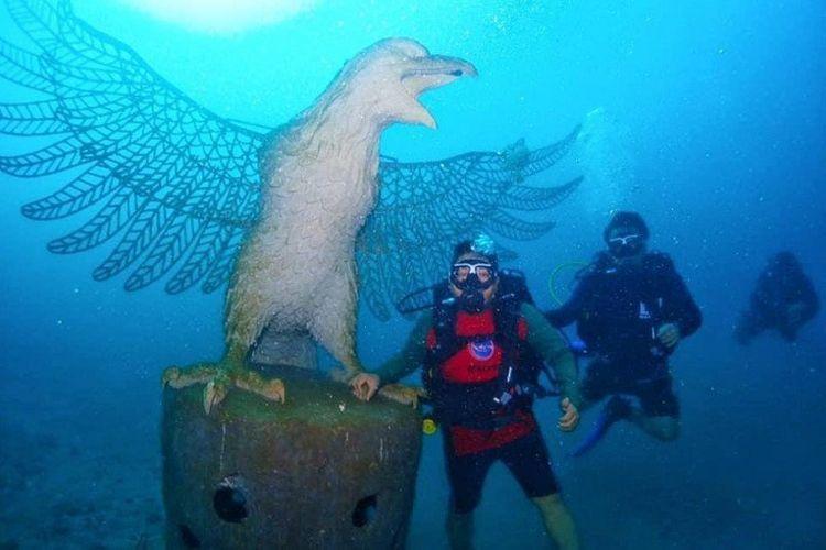 Sejumlah penyelam berada di patung Garuda, salah satu struktur yang ditenggelamkan guna memberikan manfaat bagi ekosistem bawah laut Bali