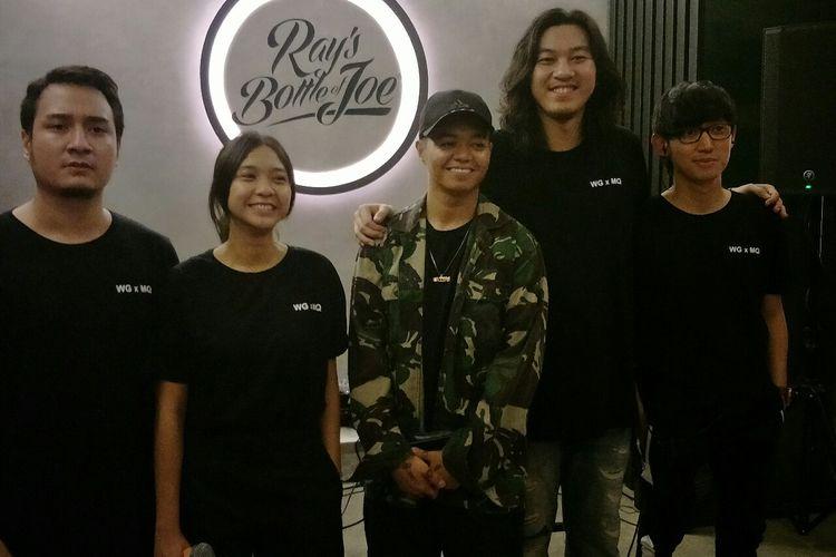 Para personel Weird Genius dan Midnight Quickie saat peluncuran single kolaborasi mereka Velvet Thorns di kawasan Warung Jati, Pamcoran, Jakarta Selatan, Jumat (28/6/2019).
