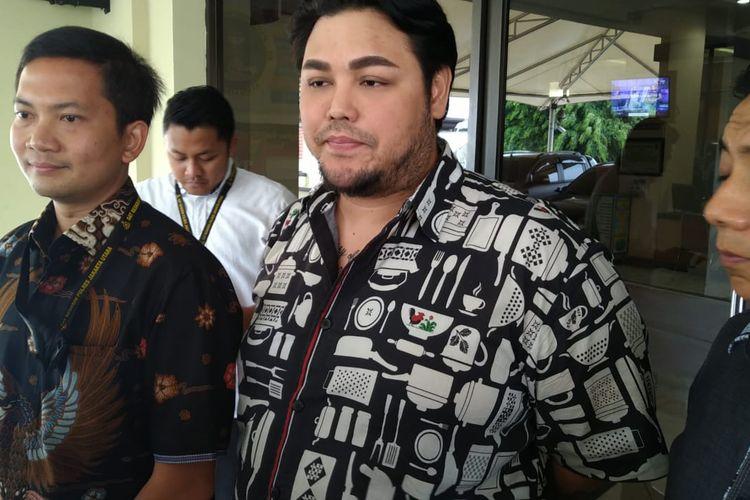 Ivan Gunawan usai diperiksa sebagai saksi berkait salon kecantikan ilegal di Polres Metro Jakarta Utara, kawasan Koja, Jumat (6/12/2019).