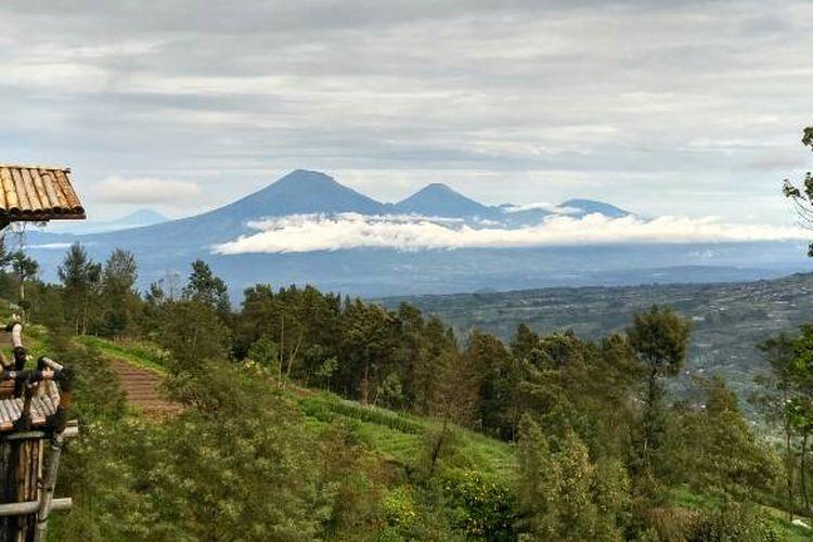 Gugusan gunung di Jawa Tengah dapat jelas, saat langit belum tertutup kabut di Destinasi Wisata Omah Bambu, Selo, Boyolali.