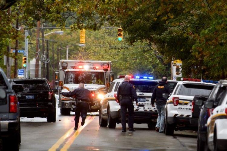 Tim tanggap darurat polisi merespons insiden penembakan sinagoge Tree of Life di Squirrel Hill, Pittsburgh, Pennsylvani, Amerika Serikat, pada Sabtu (27/10/2018). (AFP/Jeff Swensen)