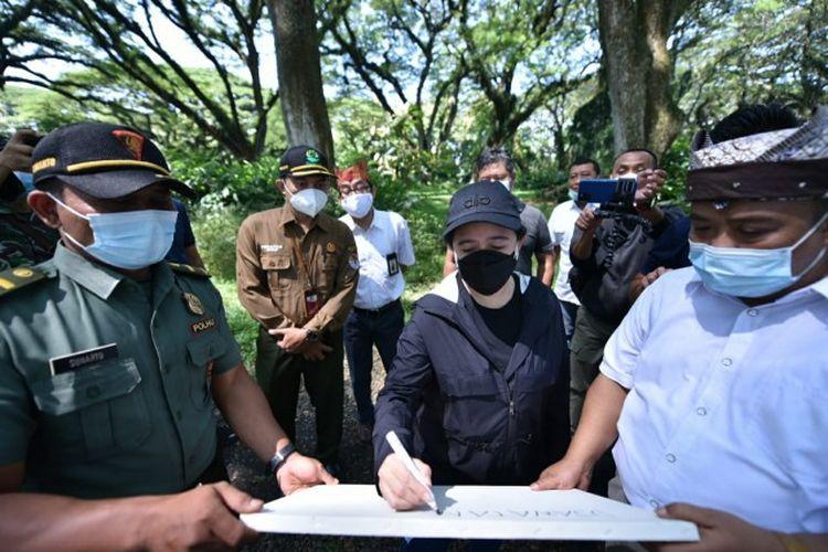 Ketua DPR RI Dr. (H.C.) Puan Maharani mengunjungi sejumlah destinasi wisata di Kabupaten Banyuwangi, Jawa Timur, untuk melihat langsung penerapan protokol kesehatan, salah satunya Wisata De Djawatan yang ada di Desa Benculuk, Kecamatan Cluring.