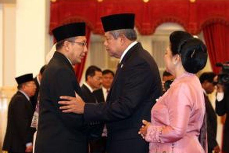 Menteri Agama yang baru Lukman Hakim Saefuddin (kiri) bersalaman dengan Presiden Susilo Bambang Yudhoyono dan Ibu Negara Ani Yudhoyono usai pelantikan Menag di Istana Negara, Jakarta, Senin (9/6/2014). Lukman Hakim menggantikan pejabat Menag terdahulu Suryadharma Ali yang mengundurkan diri karena telah ditetapkan sebagai tersangka oleh Komisi Pemberantasan Korupsi, dalam kasus dugaan korupsi penyelenggaraan dana haji di Kemenag.