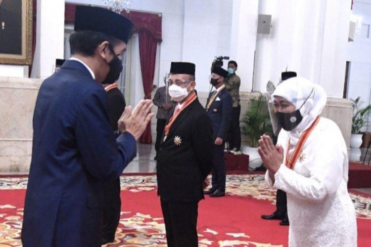 Gubernur Jatim Khofifah Indar Parawansa (kanan) saat menerima anugerah Tanda Kehormatan Bintang Mahaputera Utama dari Presiden Joko Widodo (kiri) di Istana Negara Jakarta, Rabu (11/11/2020).